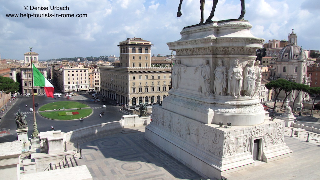 blick auf platz piazza venezia von il vittoriano in rom helptourists in rome. Black Bedroom Furniture Sets. Home Design Ideas