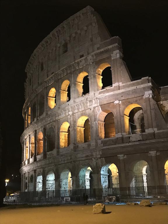 kolosseum rom nachts helptourists in rome. Black Bedroom Furniture Sets. Home Design Ideas