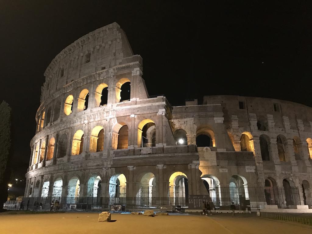 nachts kolosseum rom helptourists in rome. Black Bedroom Furniture Sets. Home Design Ideas