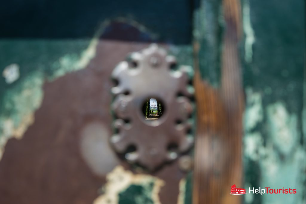 ROME_Aventine_Keyhole_wide_l
